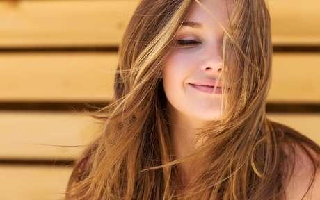 Mulher loira com o cabelo esvoaçante