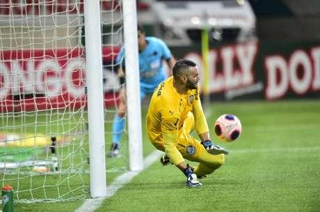 Weverton fez jogo seguro e brilhou ao defender pênaltis de Michel Macedo e Cantillo (Foto: Divulgação/Alexandre Battibugli)