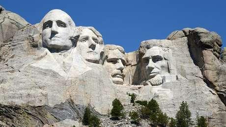 O Monumento Nacional do Monte Rushmore é uma escultura entalhada entre 1927 e 1941 em uma montanha de granito localizada em Keystone, Dakota do Sul, com rostos de 18 metros de altura dos presidentes americanos George Washington, Thomas Jefferson, Theodore Roosevelt e Abraham. Lincoln