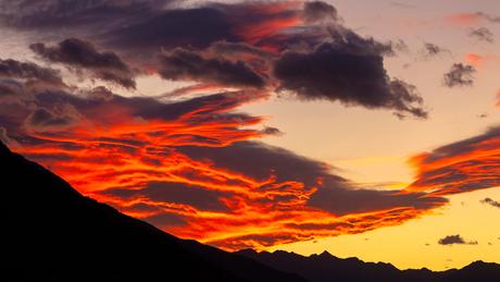 Em algumas partes do mundo, momentos do nascer e do pôr-do-sol têm ficado cada vez mais espetaculares.
