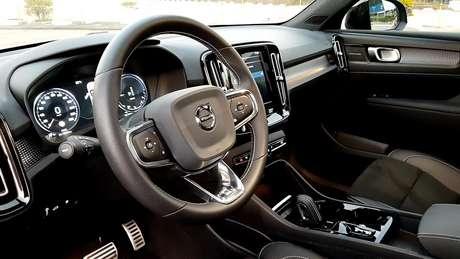 """Interior do Volvo XC40 é ótimo, com painel digital de 12,3"""" e volante com câmbio borboleta."""