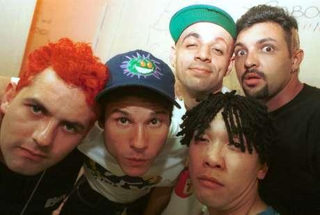 Os integrantes da banda Mamonas Assassinas (e/d), Júlio Rasec (tecladista), Dinho (vocalista), Samuel Reoli (baixista), Bento Hinoto (guitarrista) e Sérgio Reoli (baterista), posam para foto nos bastidores de apresentação da banda em 1995.