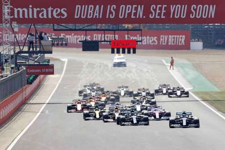Valtteri Bottas despontou na largada, com Lewis Hamilton perseguindo
