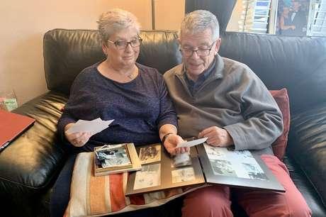Sheena mostra a Tony fotos de família