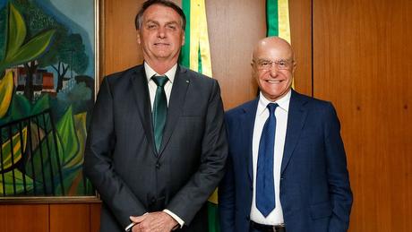 Jair Bolsonaro e Salim Mattar em foto de 2019; empresário deixou posto de secretário de desestatização