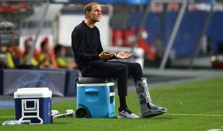 Thomas Tuchel teve que passar parte do jogo sentado por estar o com o pé imobilizado (Foto: DAVID RAMOS / AFP)