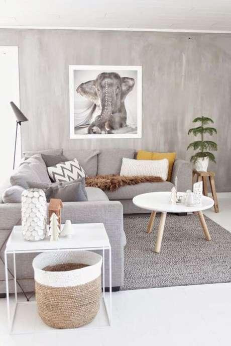 75. Sala de estar com marmorato e móveis cinza – Via: Pinterest