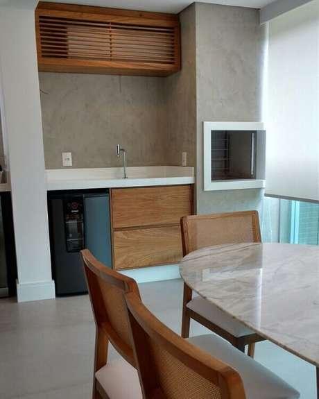 22- O marmorato foi aplicado como detalhes para valorizar a parede do espaço gourmet. Fonte: Pinterest