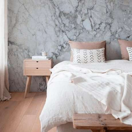 17- O marmorato foi aplicado na parede da cabeceira da cama. Fonte: Bela Tintas