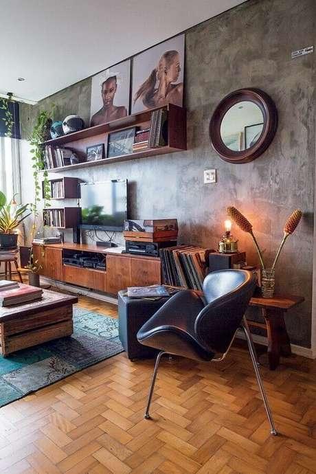 20- Na sala de estar a parede com marmorato complementa a decoração e realça o estilo moderno. Fonte: Pinterest