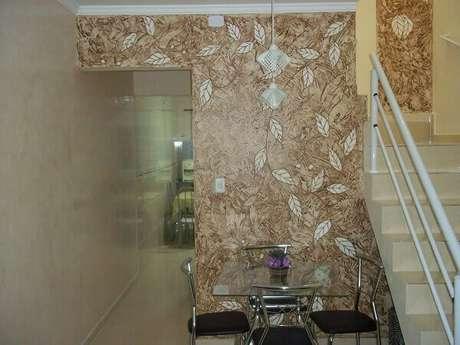 29- A parede no fundo da sala utiliza textura marmorizada para valorizar a decoração marmorato. Fonte: Pedro Paulo Art
