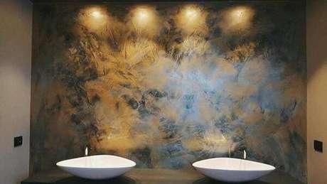 30- A parede com textura de marmorato atrás das pias foi valorizada pela iluminação. Fonte: Torra Tintas