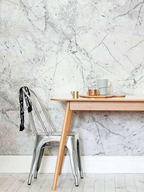 34- A marmorização de paredes é uma técnica que depende da habilidade de profissionais qualificados para marmorato. Fonte: Dani Noce