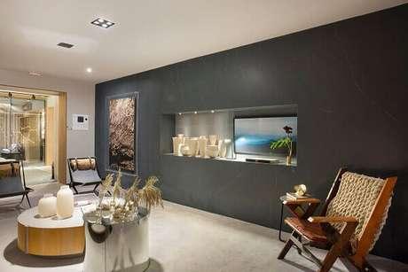 38- Na sala o marmorato foi utilizado para texturizar a parede interna oposta ao sofá. Fonte: Folha Vitória
