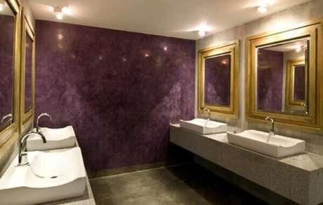 48- No banheiro requintado de restaurante foi utilizado o marmorato para criar um efeito decorativo. Fonte: Habitissimo