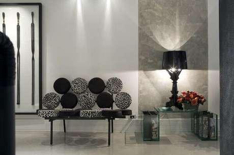 49- O marmorato foi colocado em uma faixa da parede como efeito decorativo. Fonte: Você Precisa Decor