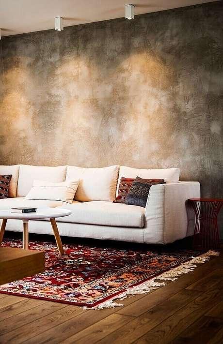 50- A parede com marmorato complementa a decoração com tábua de demolição no piso. Fonte: Você Precisa Decor