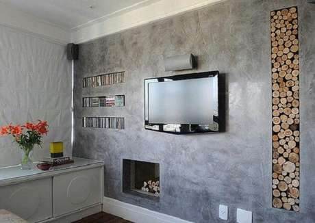 59- A textura do marmorato foi utilizada na parede com nichos que abrigam obejtos decorativos. Fonte: Pinterest