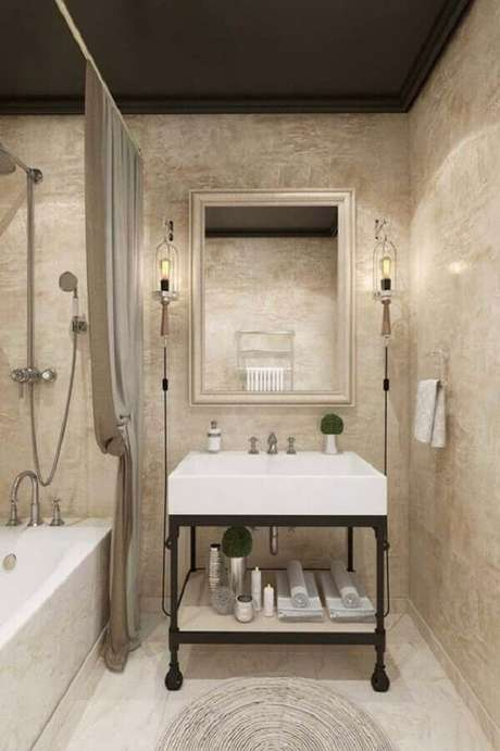 26- A textura marmorato bege foi utilizada no banheiro para valorizar os acessórios decorativos. Fonte: Pinterest
