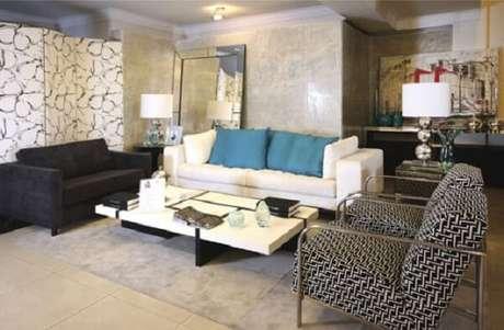 58- O cinza da aplicação do marmorato é utilizado nas cores dos detalhes dos móveis da sala de estar. Fonte: Casa e Construção