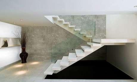 64- As paredes com textura em marmorato realçam os traços arquitetônicos do ambiente. Fonte: Pinterest