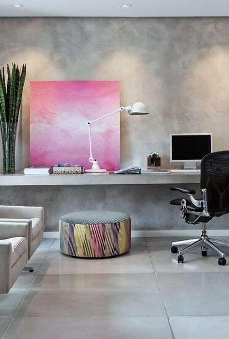 31- No home office a parede da bancada recebe pintura com marmorato. Fonte: Pinterest