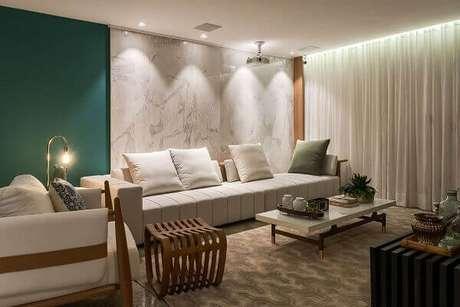 53- A parede com textura de marmorato branco completa a decoração clean da sala. Fonte: Pinterest