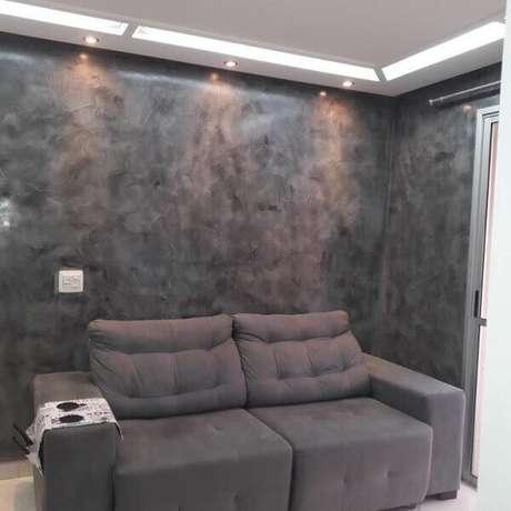 42- O marmorato cinza foi aplicado na parede para combinar com a cor dos estofados. Fonte: Pinterest