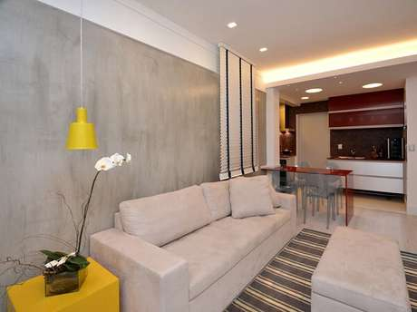 60- Na parede atrás do sofá foi aplicada uma textura do marmorato cinza claro. Fonte: Tinturas Tristão