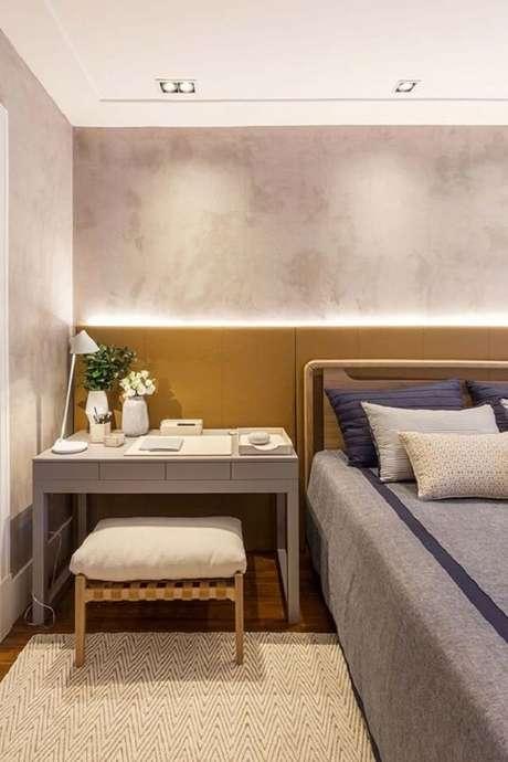 61- O marmorato aplicado na parede realça o dormitório do casal. Fonte: Pinterest