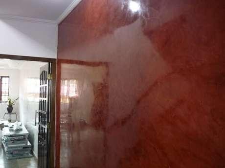62- A aplicação do marmorato vermelho na parede valoriza a decoração do imóvel. Fonte: Anúncios Classificados Grátis