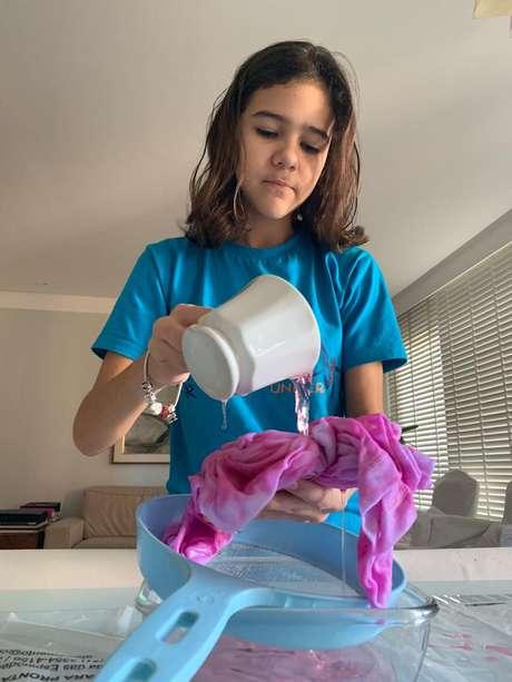 Manuela Queiroz tem apenas 12 anos e faz camisetas tie-dye em casa para vender pelo Instagram