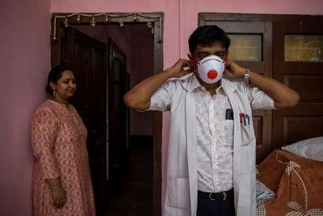 Médico indiano Kumar Gaurav põe equipamento de proteção contra coronavírus antes de ir para hospital 27/07/2020 REUTERS/Danish Siddiqui