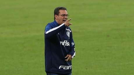 Luxemburgo orienta a equipe do Palmeiras contra o Fluminense