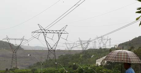 Linhas de transmissão de energia em São José da Barra (MG)  14/01/2013 REUTERS/Paulo Whitaker