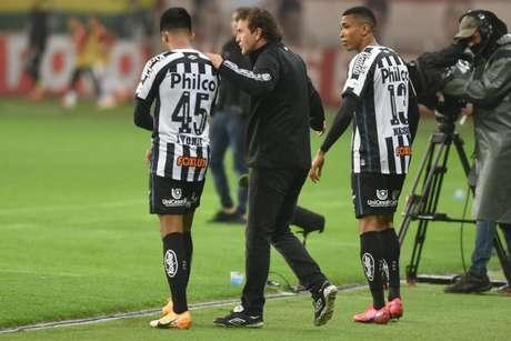 Cuca em ação pelo Santos no duelo contra o Internacional (Foto: Ivan Storti/Santos FC)