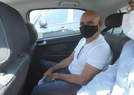 Fabrício Queiroz é visto dentro de um carro do Tribunal de Justiça do Rio (TJRJ) ao deixar o condomínio onde mora na Taquara, na zona oeste da cidade