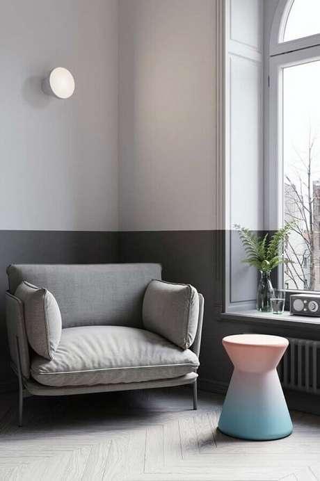 17. Decoração moderna com poltrona decorativa cinza – Foto: Apartment Therapy