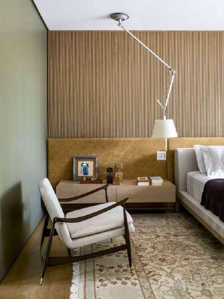14. Poltrona decorativa de madeira com estofado branco para quarto de casal moderno – Foto: Pinterest
