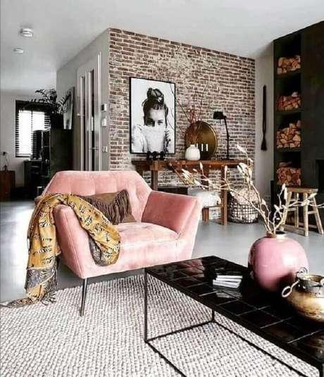 12. Linda poltrona decorativa rosa para sala moderna – Foto: Apartment Therapy
