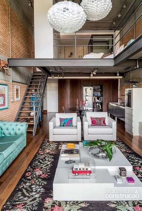 21. Conjunto de poltronas decorativas para sala decorada com sofá chesterfield azul – Foto: Pinterest