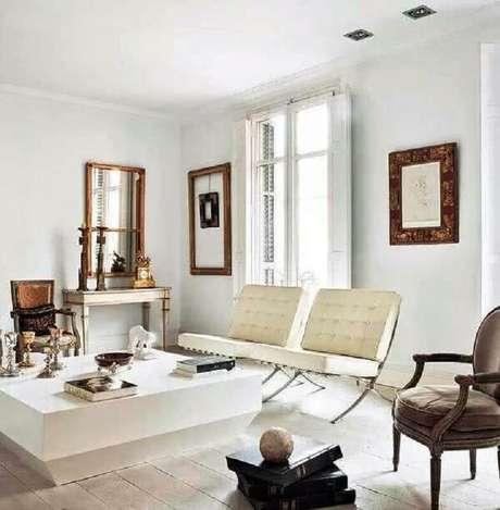 22. Decoração de sala branca com conjunto de poltrona decorativa sem braço – Foto: Erika Brechtel