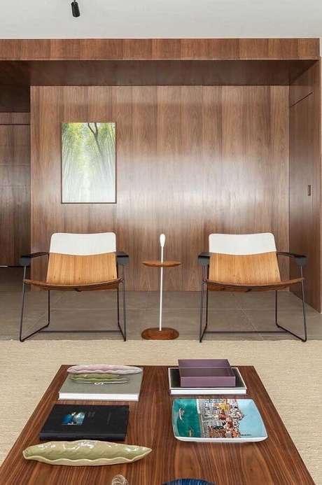 25. Design moderno de poltronas decorativas para sala com revestimento de madeira – Foto: Pinterest