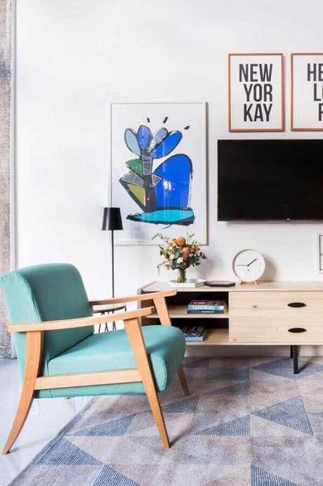 27. Sala decorada com poltrona azul de madeira – Foto: Pinterest