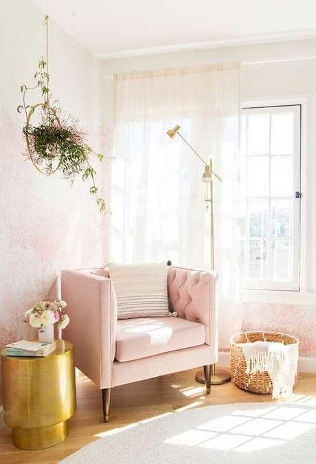 29. Decoração delicada e romântica com poltrona decorativa rosa confortável – Foto: Archilovers