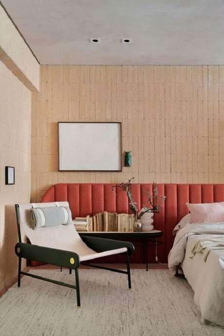 31. Design arrojado de poltrona decorativa para quarto de cabeceira grande com cabeceira estofada coral – Foto: Casa de Valentina