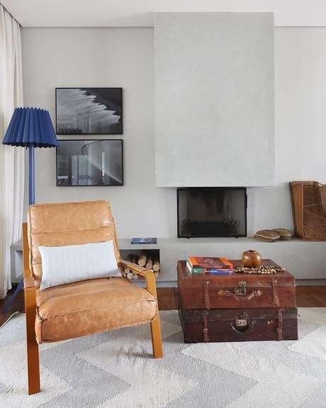 49. Sala cinza decorada com abajur de chão azul e poltrona decorativa de madeira e couro – Foto: Mandril Arquitetura e Design