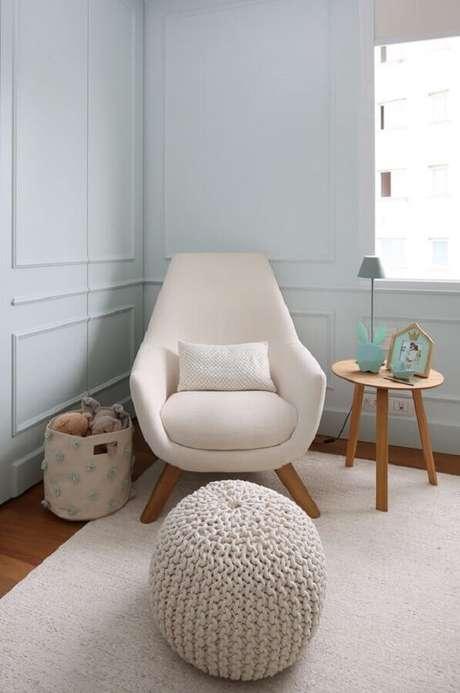 54. Lindo modelo de poltrona decorativa confortável para decoração de quarto de bebê com puff de crochê – Foto: Mariana Orsi