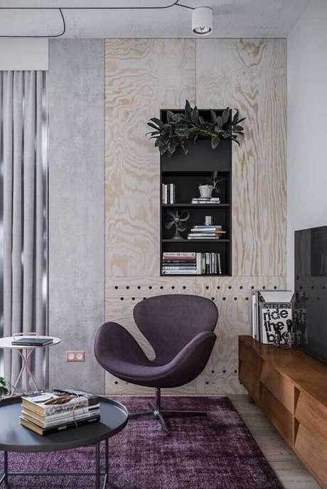 56. Poltrona decorativa giratória para sala com rack de madeira – Foto: Behance