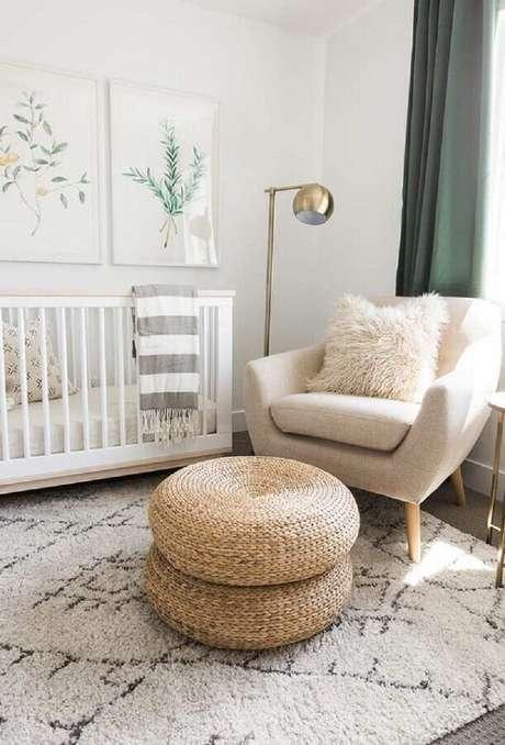 58. Poltrona decorativa para quarto de bebê branco com luminária de chão dourada – Foto: Pinterest